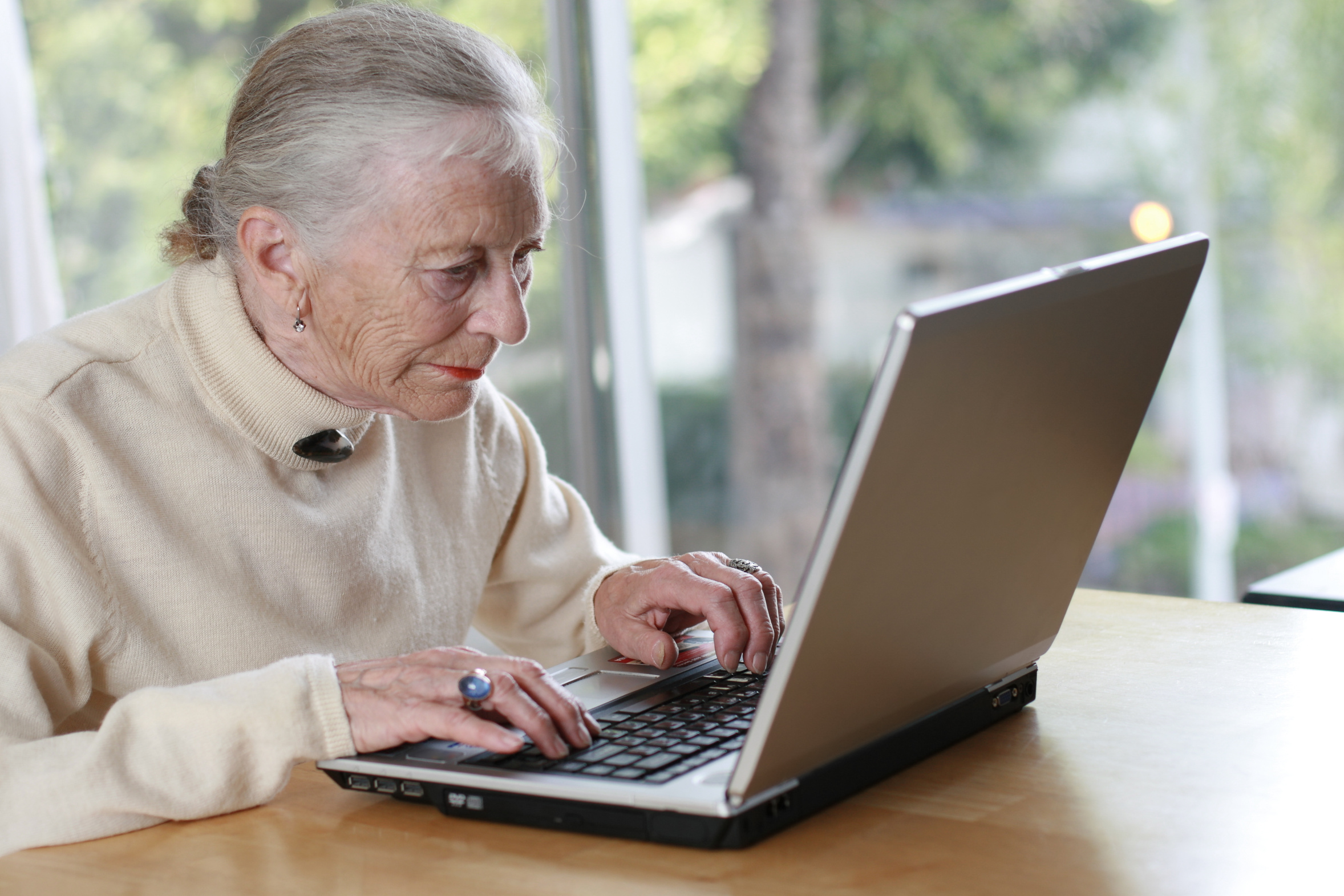 Ancianos se sumergen al mundo digital y captan la ayuda de jóvenes en Panamá