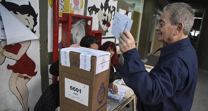 Los políticos argentinos votan en unas legislativas con mayor participación
