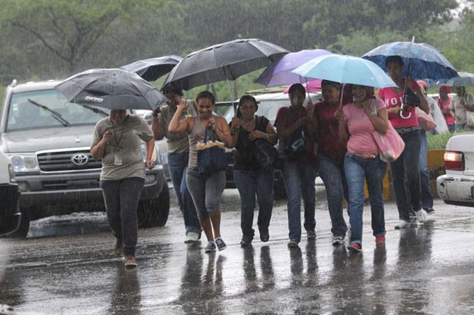 Onamet: Aguaceros dispersos y tronadas aisladas debido a vaguada