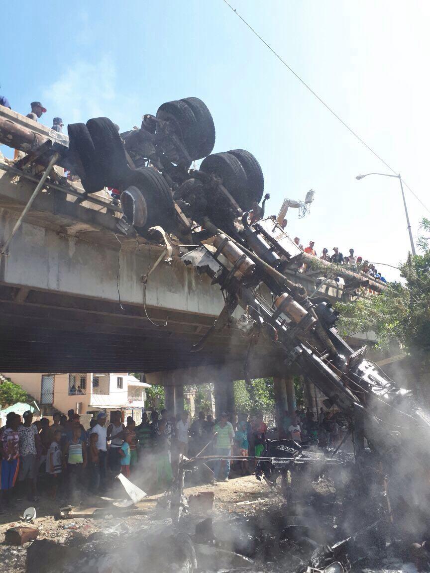 Conductor salva su vida milagrosamente tras camión descarrilarse y caer al vacío en SPM