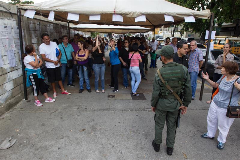 Venezolanos votan a ritmo lento en unas regionales marcadas por retrasos