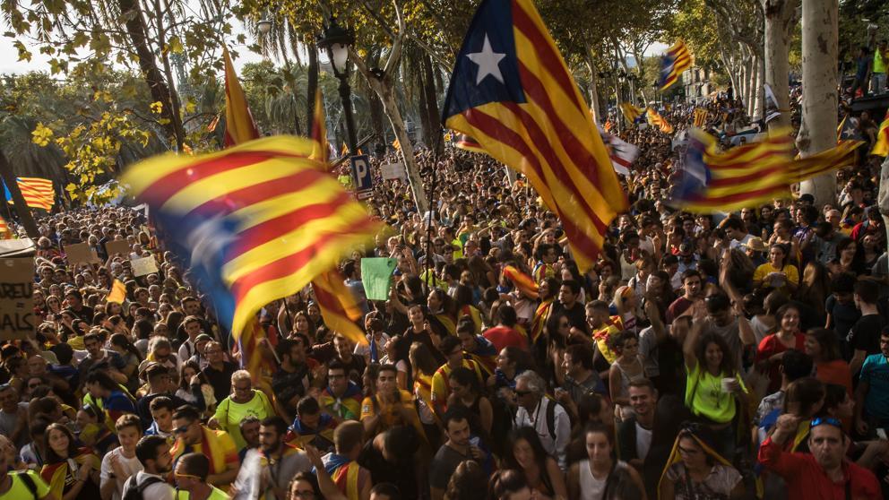 Miles de españoles reclaman una solución dialogada al conflicto en Cataluña