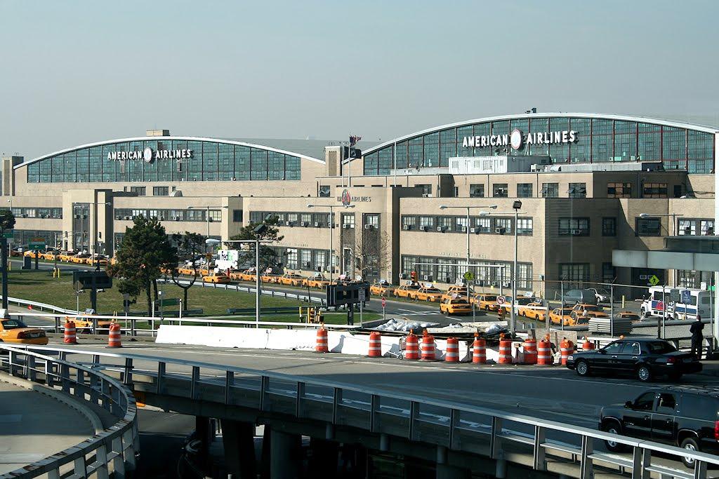 Detienen un hombre en aeropuerto de Nueva York tras amenazar a empleado con bomba