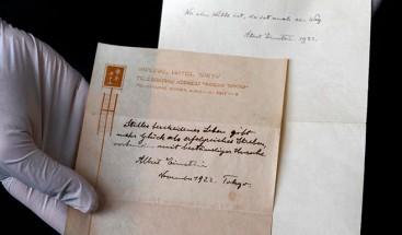 Salen a subasta dos notas de Einsten que dejó a un mensajero como propina