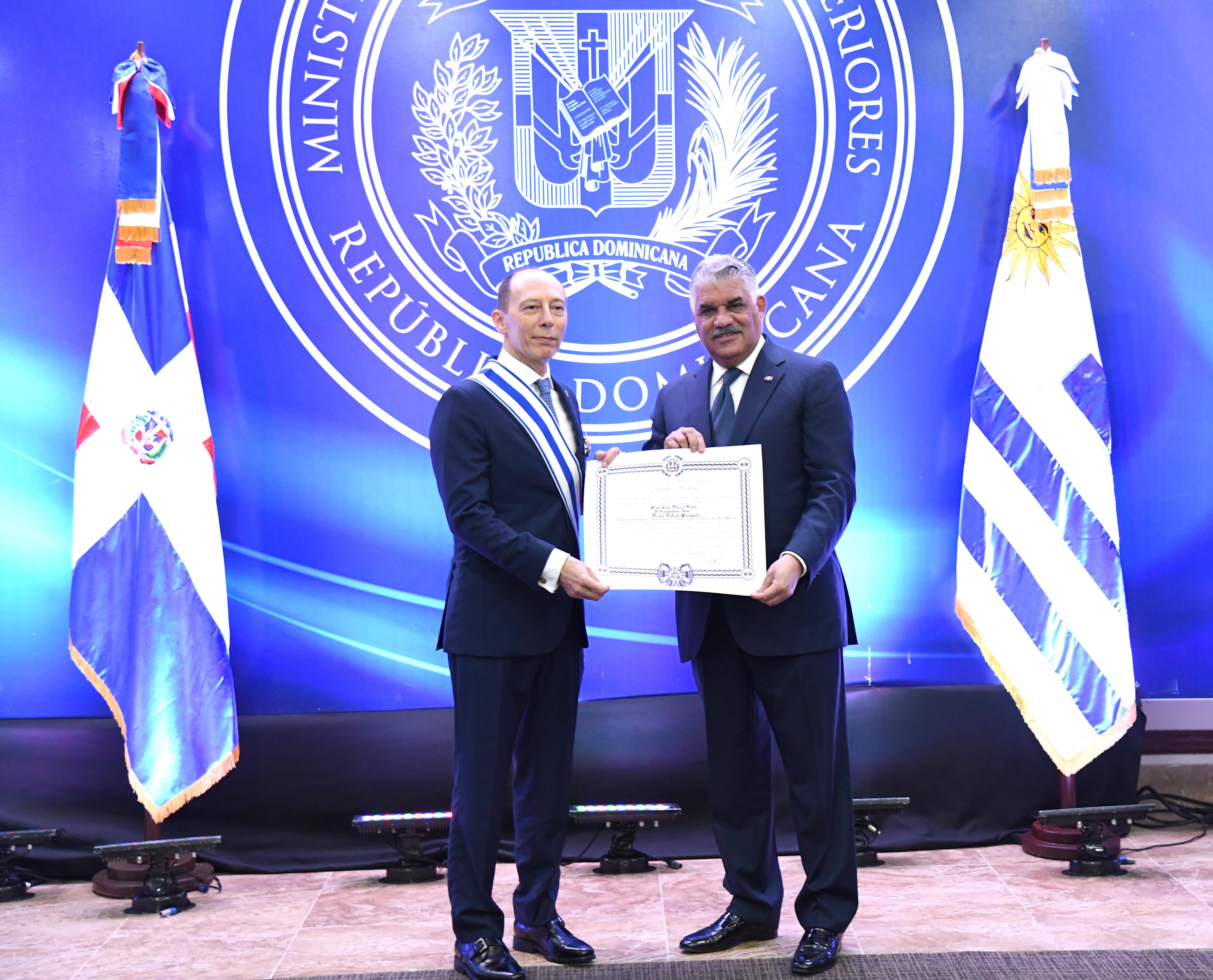 Canciller Vargas impone condecoración a embajador saliente de Uruguay