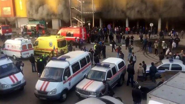Evacúan a miles de personas por incendio en centro comercial cerca de Moscú