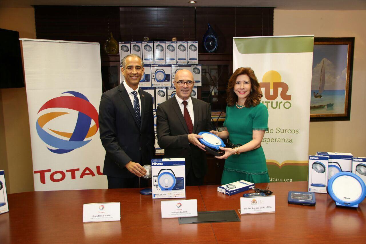 TOTAL Dominicana entrega donación de lámparas solares a Sur Futuro