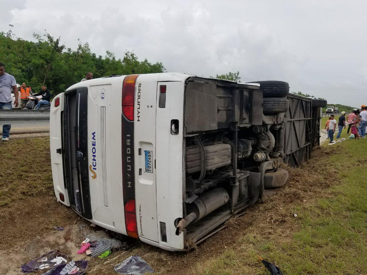 Al menos un muerto y varios heridos tras volcarse autobús en la autopista del Coral