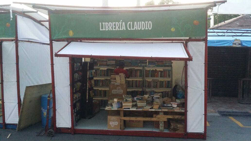 Primer día de Feria del libro en Azua arranca con variada oferta bibliográfica y cultural