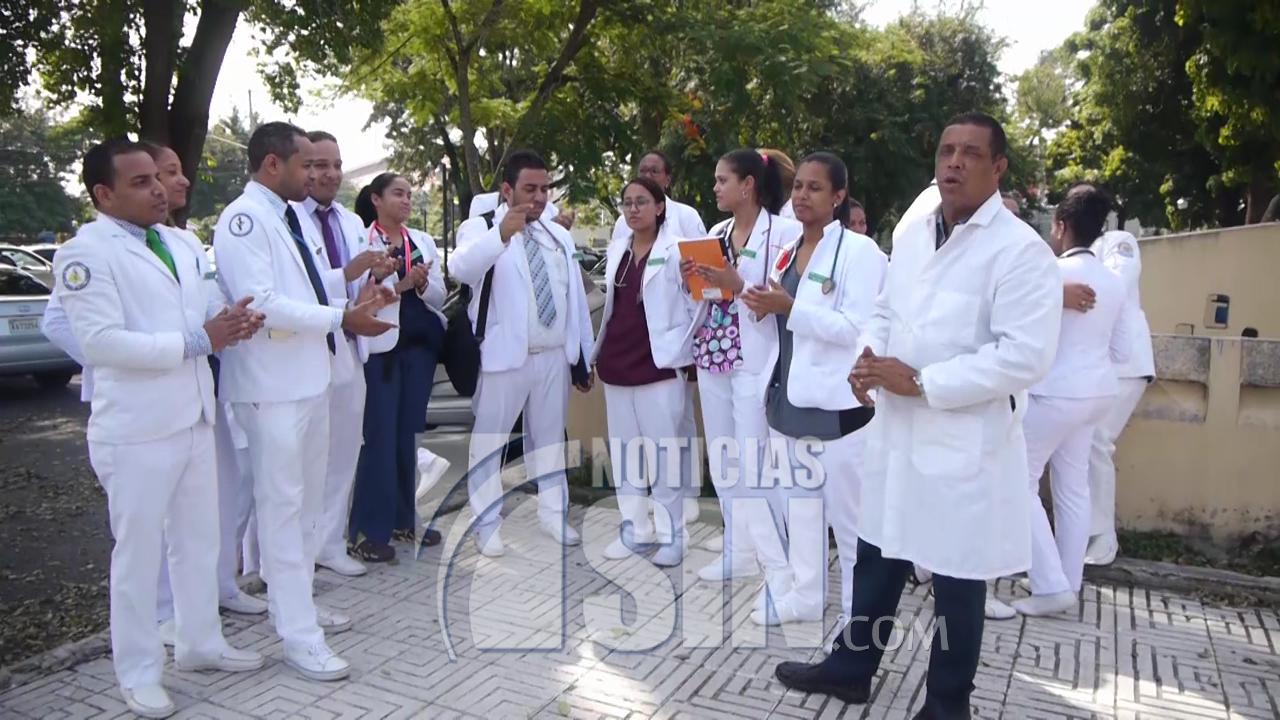 Colegio Médico mantiene paralizados hospitales de Santiago en demanda se cumplan acuerdos
