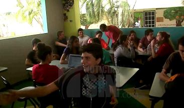 A casi un mes del huracán María, estudiantes reciben clases sin electricidad en PR