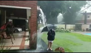 Rayo sorprendió a adolescente que se bañaba bajo la lluvia en el patio de su casa