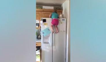 Niña de dos años conquista las redes con habilidad para escalar