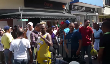 Caos en centro histórico de Santiago por desalojo de vendedores