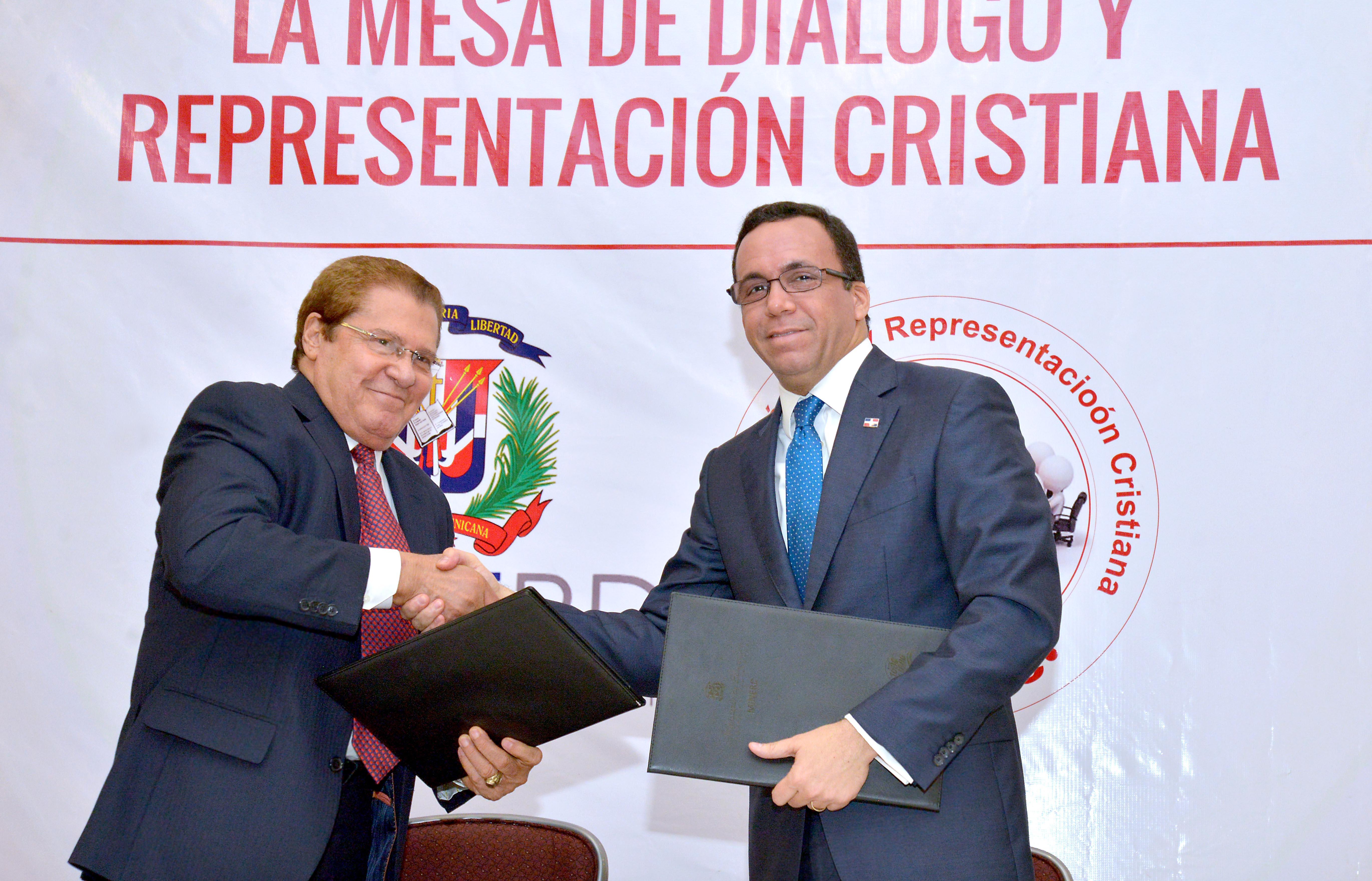 Navarro firma acuerdo para que 134 colegios evangélicos pasen al sector público