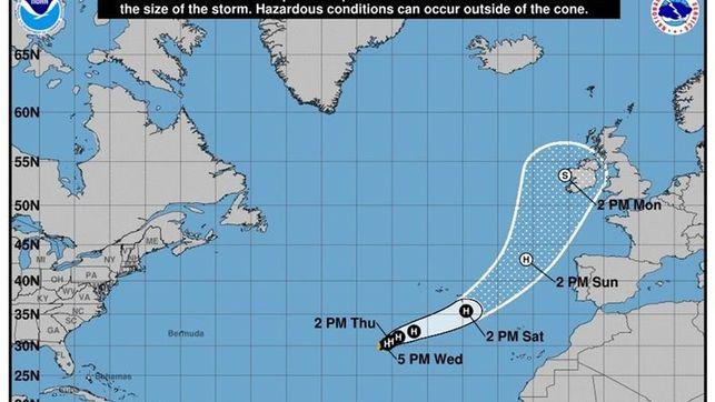 El huracán Ofelia prosigue lentamente su rumbo hacia Europa