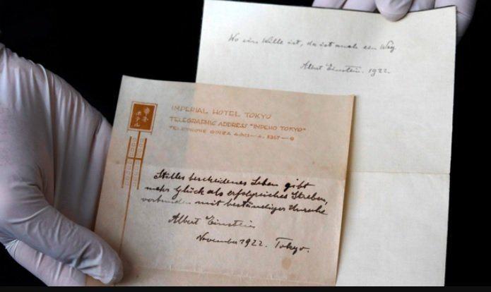 Teoría de la felicidad de Einstein aparece en nota manuscrita en Tokio