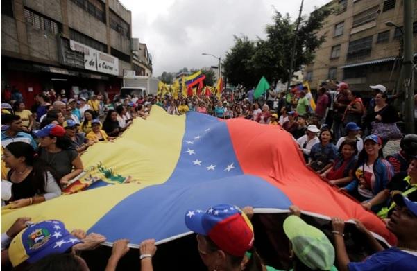 Oposición venezolana diseña plan para trasladar a votantes reubicados