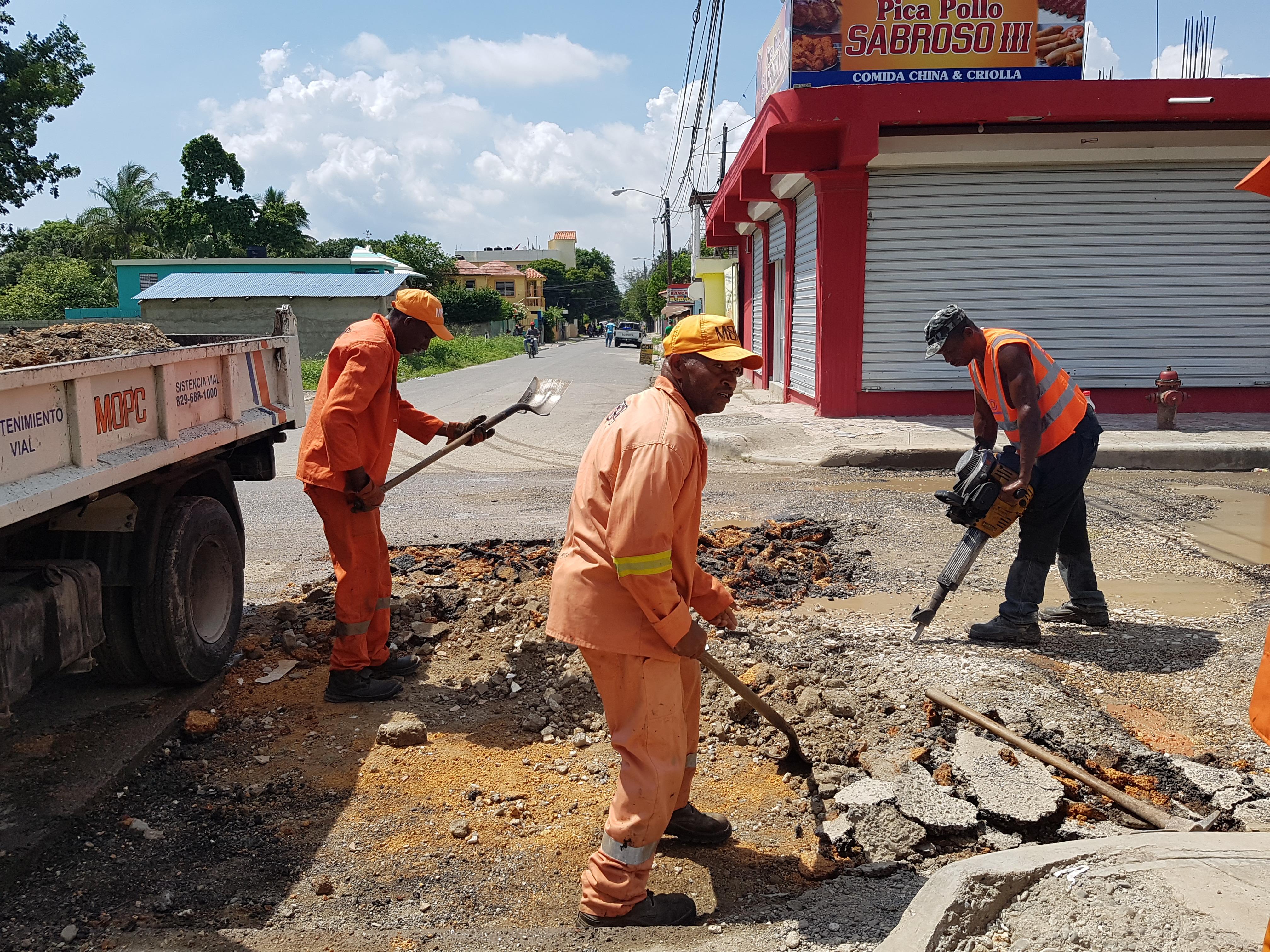 Obras Públicas interviene calles en Boca Chica