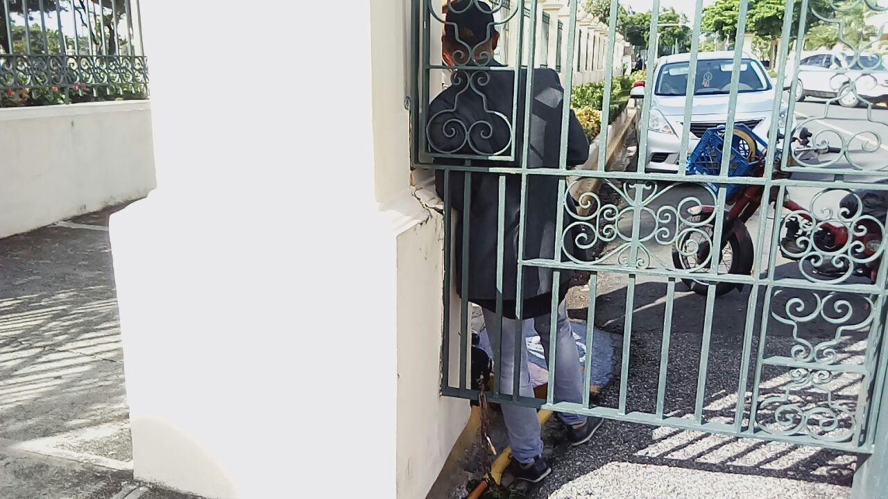 Hombre se encadena en una verja del Palacio Nacional; se desconoce el motivo