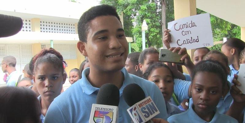 Estudiantes de politécnico protestan por mala calidad de la comida en Azua