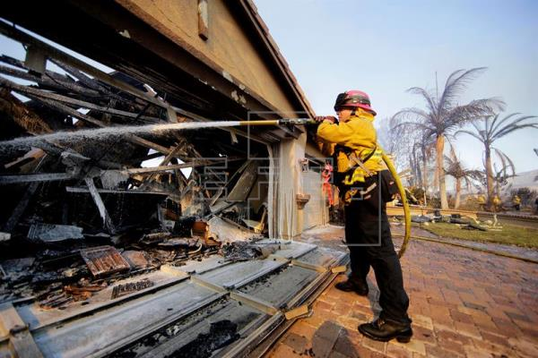 Incendios en EEUU dejan 10 muertos, 20 mil evacuados y 1.500 casas destruidas