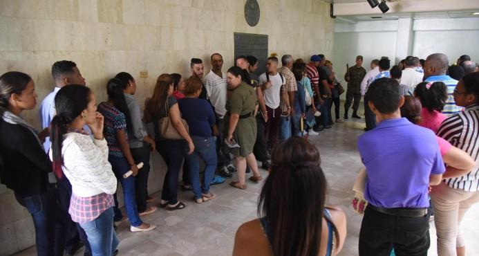 """Evacúan más de 400 empleados del """"Huacalito"""" en Santiago"""