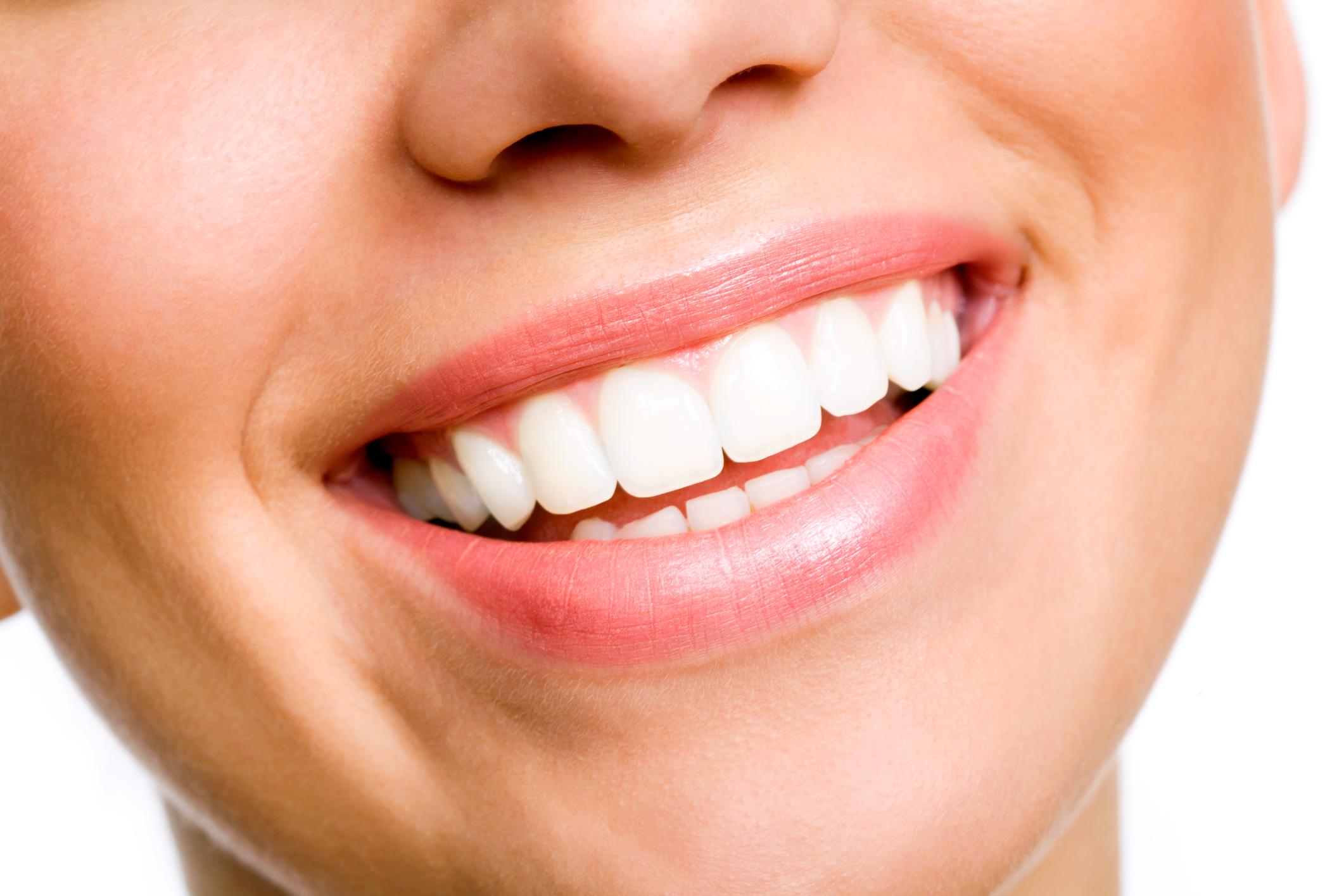 Blanquea en solo dos minutos tus dientes con este maravilloso remedio casero
