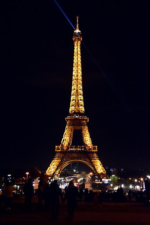 La Torre Eiffel se apagará hoy por las víctimas de Marsella y Las Vegas