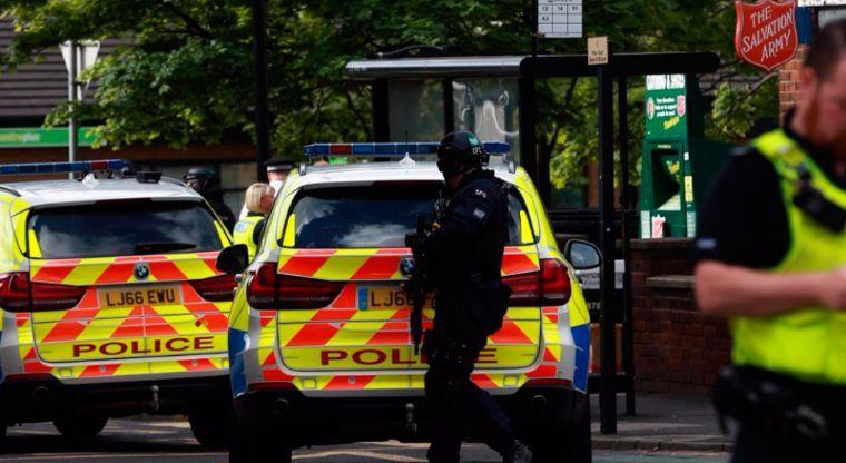 Hombre armado toma dos rehenes en Reino Unido, sin relación con terrorismo