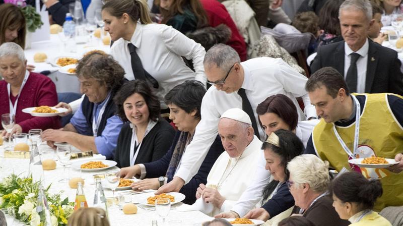 El papa almuerza con 1.500 pobres y rechaza la