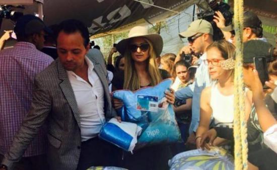 Paris Hilton entrega cobertores a mexicanos damnificados por el terremoto