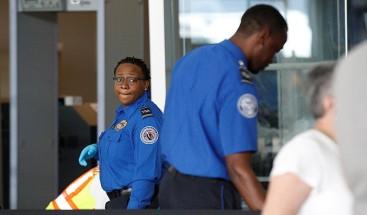 Un vigilante agarra heroicamente una maleta humeante que explotó en un aeropuerto de Florida