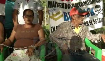 Moradores en comunidades próximas a Barrick Gold se encadenan en protesta por supuesta contaminación