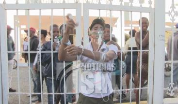 Hombre se encadena afuera de el hospital de Azua