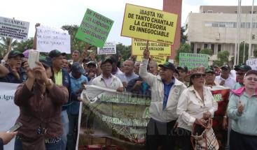 Organizaciones exigen frente al Congreso participar en discusiones presupuesto del 2018