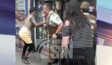 Vendedores ambulantes enfrentan a golpes a policías fiscalizadores en Chile