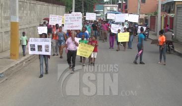 Moradores de Haina protestan por derrame de combustible de empresa minera