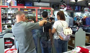 """Tiendas de Santiago abarrotadas por ofertas en el """"Viernes Negro"""""""