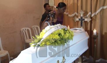 Dan último adiós a mujer asesinada a puñaladas por pareja en Boca Chica
