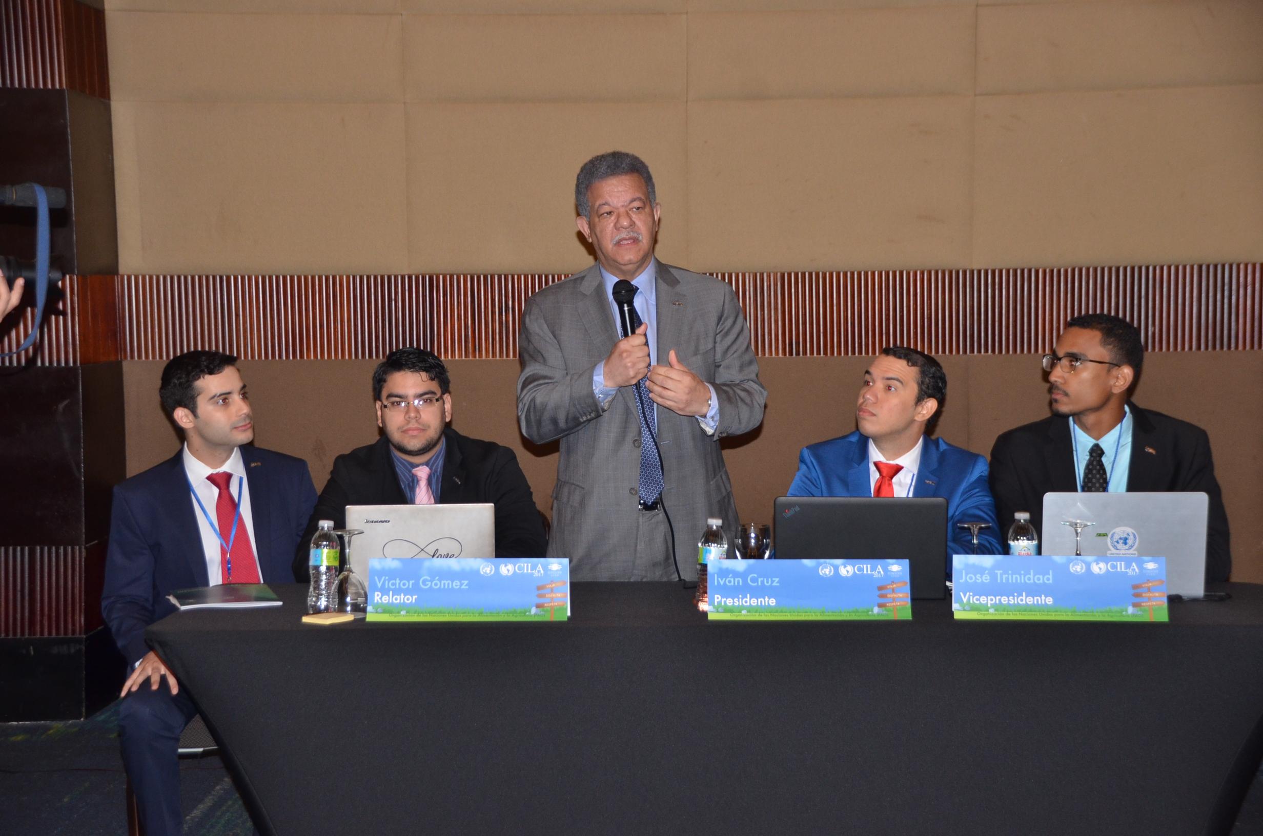 Leonel Fernández dice programa CILA ayuda jóvenes a dominar temas de carácter global
