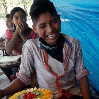 Regalan a un niño mexicano pastel de cumpleaños por primera vez en su vida y esta es su reacción