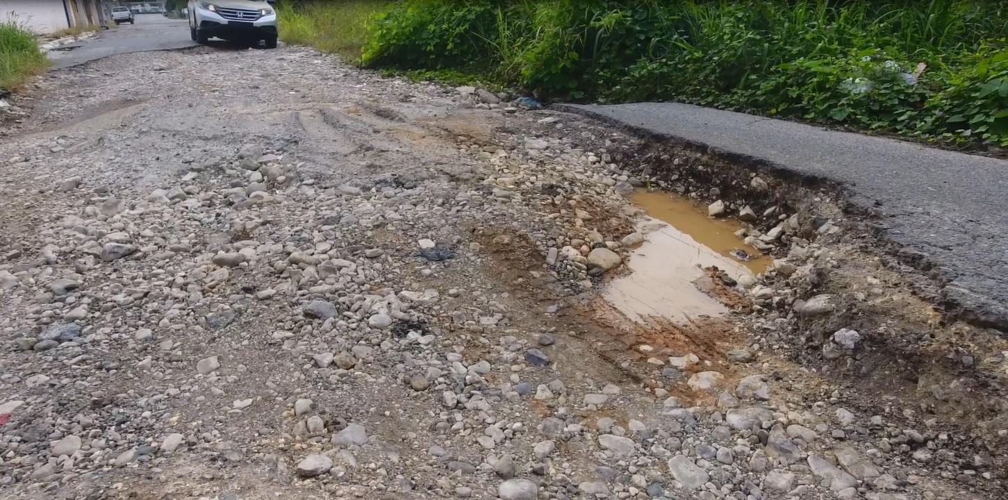 Denuncian dramática situación de las calles de la zona industrial de Haina