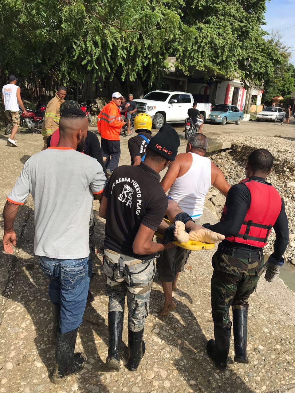 Encuentran con vida a una de tres personas que fueron arrastradas por río Camú en Puerto Plata