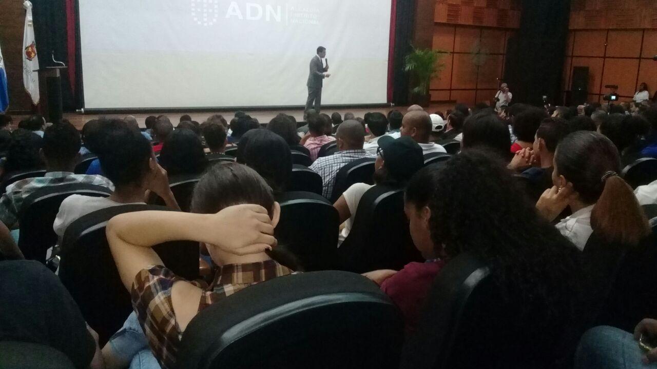 Alcalde del DN realiza conversatorio con decenas de jóvenes
