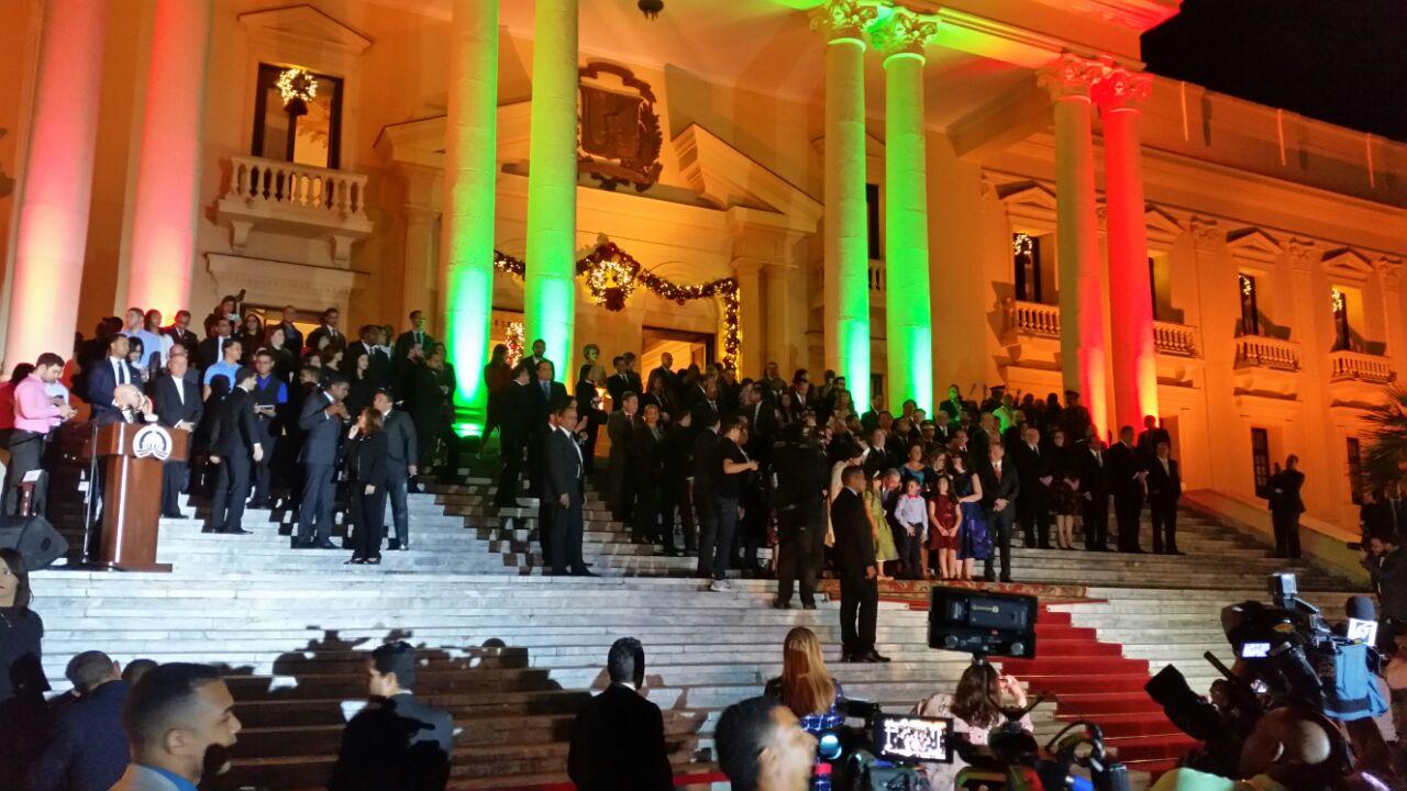 Presidente Medina encabeza encendido de árbol navideño en Palacio Nacional