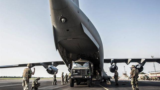 Un avión militar británico llega a Argentina para ayudar a rescatar submarino