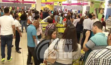 Abarrotados centros comerciales de la capital por Viernes Negro