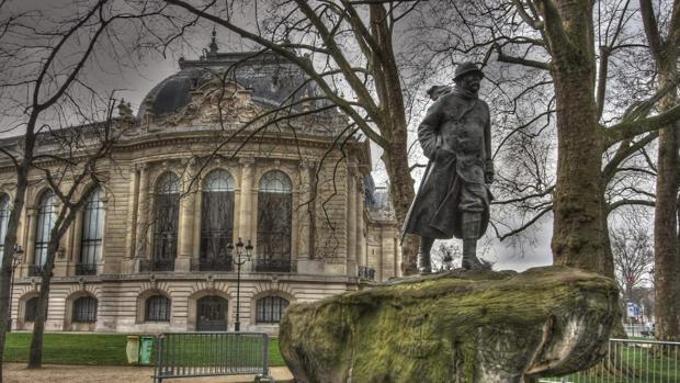 Un hombre roba sin dificultad una escultura de Botero en París