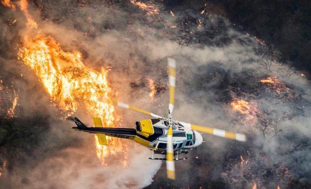 California combate poderosos incendios avivados por vientos huracanados